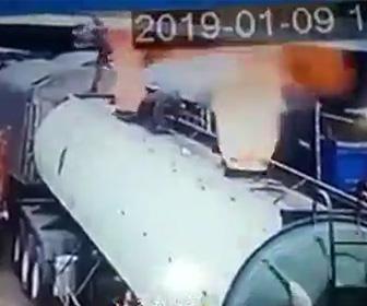 【動画】タンクローリーが爆発しハッチを溶接中の作業員が吹き飛ばされる衝撃事故