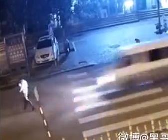 【動画】歩きスマホで車道を渡る男性に悲劇が…