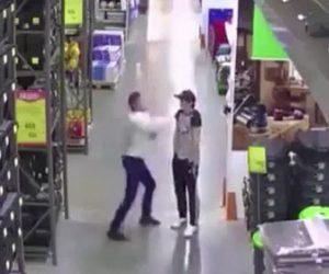 【動画】スーパーマーケット従業員がパンチ一発で同僚を殴り倒す