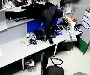 【動画】斧と銃を持った強盗が押し入りカウンターの女性はプリンタのインクカートリッジで身を守る