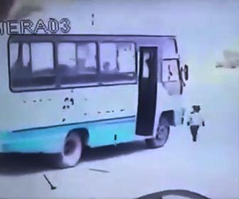 【動画】バスを降りた幼児がバスの前に行ってしまい…