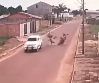 【動画】猛スピードのバイク2台が正面衝突してしまう衝撃事故