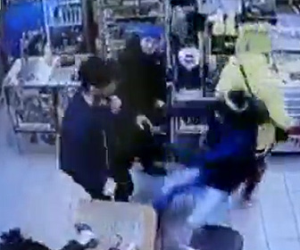 【動画】男性3人をあっと言う間に殴り倒す男が凄い