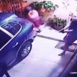 【動画】家に帰ってきたポルシェが強盗に襲われ、強盗と家主が至近距離で銃撃戦