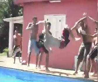【動画】友人達が男性の両手両足を持ちプールに投げ込もうとするが…