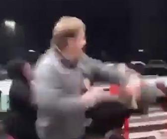 【動画】ショッピングモールで51歳男性が11歳少女を突き飛ばし強烈なパンチで殴り倒す衝撃映像