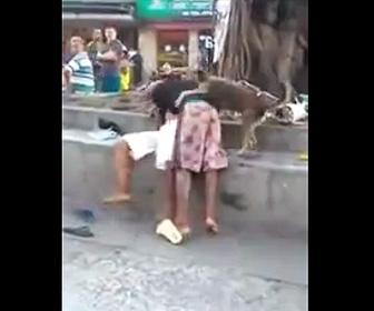 【動画】男性2人の殴り合いを犬が必死に止めようとする衝撃映像