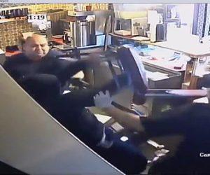 【動画】レストランに強盗が押し入るが店員達にボッコボコにされ逮捕される