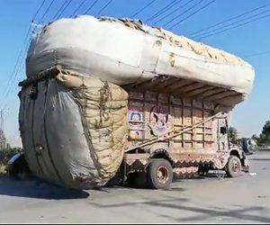 【動画】パキスタンの宅配トラックがヤバすぎる。荷物の量が半端ない
