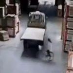 【動画】倉庫内を自転車で走る女性がバックするトラックに轢かれてしまう