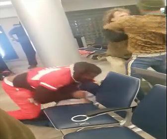 【動画】バス待ちをしている男達が喧嘩。2対2の激しい殴り合い