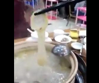 【動画】客が鍋の中からコンドームを発見する衝撃映像