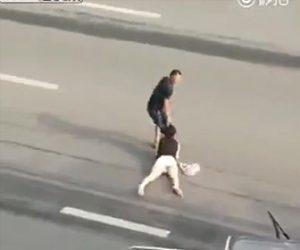 【動画】女性の髪の毛を引っ張り引きずりながら車道を渡る男