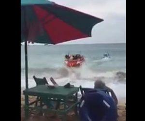 【動画】ボートでトーイングチューブを引っ張るが最初の波で全員落下【マリンスポーツ】