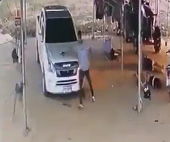 【閲覧注意動画】必死に逃げる一家4人を銃で撃ち殺す男