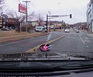 【動画】前を走る車から2歳の赤ちゃんが座るチャイルドシートが落下する衝撃映像