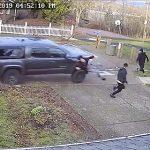 【動画】必死に逃げる3人の男性にピックアップトラックが猛スピードで襲いかかる衝撃映像