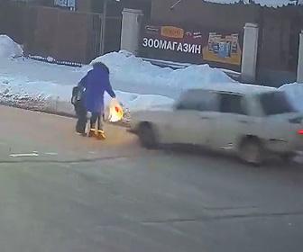 【動画】道を渡る母親と少年が車にはね飛ばされてしまう衝撃事故