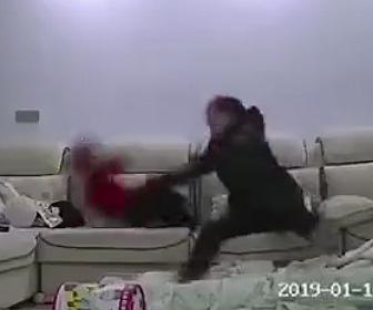 【動画】ベビーシッターが赤ちゃんを虐待。赤ちゃんを振り回しソファーに叩きつける衝撃映像