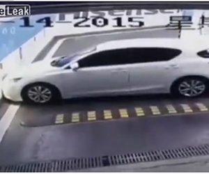 【動画】駐車場から出ようとする車。驚きの運転操作で車が動かせなくなる