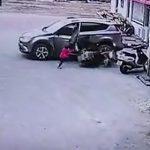 【動画】サイドブレーキを忘れたSUV車が動き出し家族に突っ込んでしまう衝撃映像