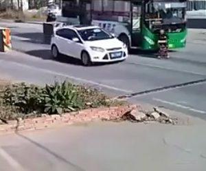 【動画】シルバーカーを押して歩くお婆さんがバスにゆっくり轢かれてしまう