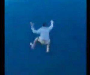 【動画】友達とクルーズ船で旅行中の男性。デッキから30m下の海に飛び込む衝撃映像