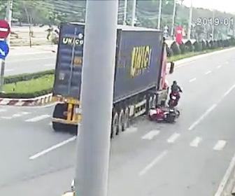 【動画】家族4人が乗るバイクが後ろから来るバイクに接触し恐ろしい事故になってしまう