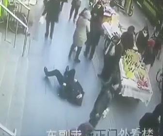 【動画】歩道で老人が倒れてしまうが誰も助けようとしない【中国】