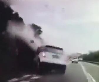 【動画】タクシードライバーが居眠り運転。工事トラックに激突してしまう衝撃事故