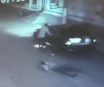 【動画】女学生に襲いかかり車のトランクに押し込んで誘拐しようとする男