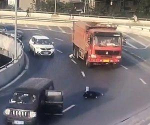 【動画】カーブを曲がる車から子供が落下し横を走るトラックに…