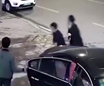 【動画】刃物を持った男が走りながら通行人を次々と襲い20人死傷