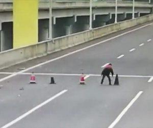 【動画】高速道路にカラーコーンを置く少年達のいたづらがヤバい!
