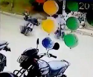 【動画】バイクに乗る男性が後ろから現れた殺し屋に銃で撃ちまくられる衝撃映像