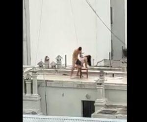 【動画】屋上でSEXをする男女を向かいのビルで大勢が見ている