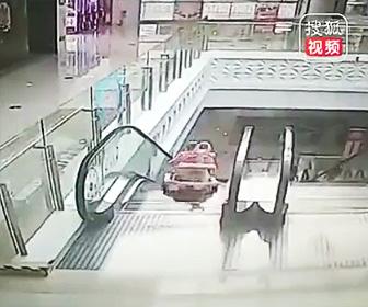 【動画】歩行器でヨチヨチ歩きの赤ちゃんがエスカレーターから転落してしまう