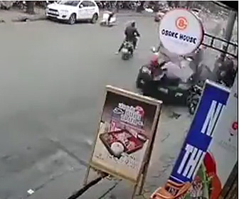 【動画】猛スピードのSUV車がバイクと歩行者をはね飛ばす衝撃映像