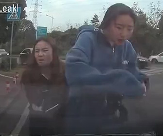 【動画】少女2人が乗るバイクがコーナーで止まった車に追突してしまう