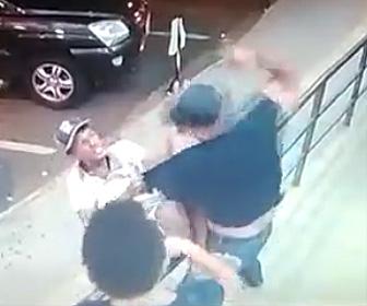 【閲覧注意動画】警備員と口論になった男性。警備員に殴られナイフで胸を刺される