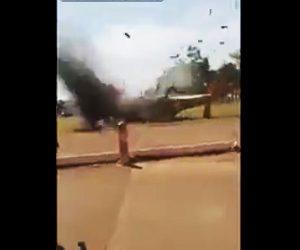 【動画】軍事ヘリコプターが着陸に失敗し破片が大勢に飛んで来る衝撃映像
