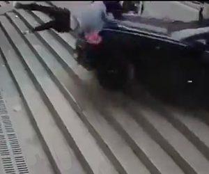 【動画】猛スピードのマスタングがコントロールを失い歩行者6人をはね飛ばす