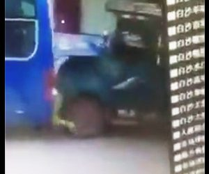 【動画】バスに荷物を詰める男性に後ろからトラックが突っ込んで来る衝撃事故