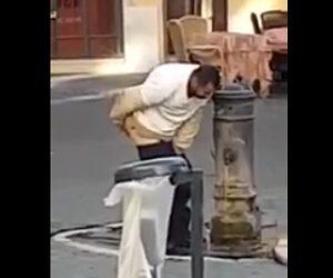 【動画】水飲み場でお尻を洗い、洗った手で口をゆすぐ男性