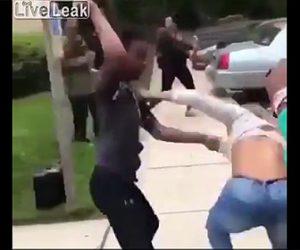 【動画】女2人が激しい喧嘩。服が脱げ下着丸見えで殴り合う