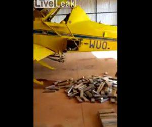 【動画】大量のコカインを飛行機で運ぶ密輸業者が警察に捕まる