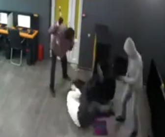 【動画】武装強盗2人が店員に襲いかかる。ハンマーで店員を殴りまくる恐ろしい衝撃映像