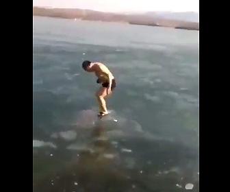 【動画】凍った湖で氷の下を泳ぐ男性。開けた穴から出ようとするが通過してしまい…