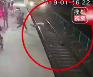 【動画】泥棒が駅ホームで携帯電話を盗み線路に逃走。男性が泥棒を追いかけるが…