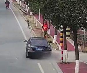 【動画】掃き掃除をする清掃作業員に猛スピードの車が突っ込んで来る